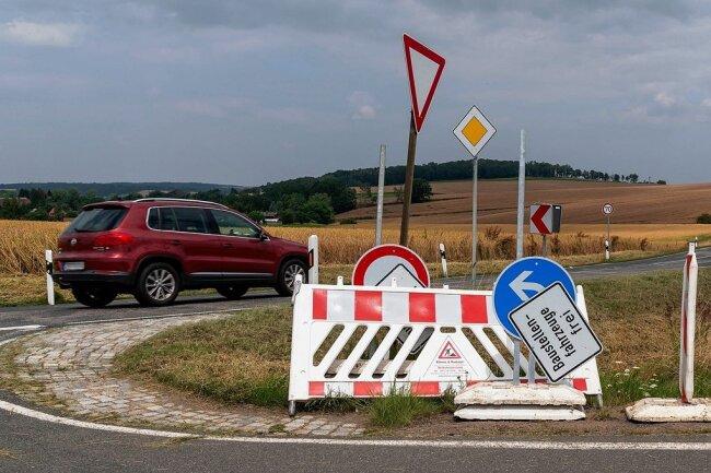 Die Schilder stehen schon parat, wie hier an der Zufahrt zum Rochlitzer Berg. Ab Montag wird die B 175 zur Mega-Baustelle. Bis Ende des Jahres wird die Trasse westlich von Rochlitz sowie in der Stadt selbst saniert.