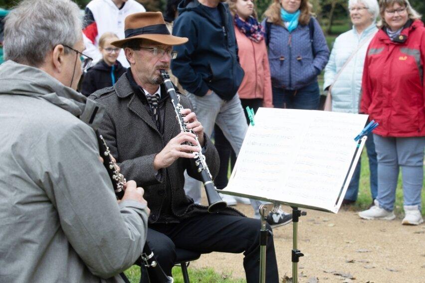 Hunderte Besucher bei musikalischem Parkspaziergang
