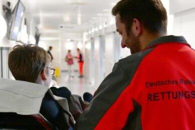 Ein Junge wird in die Notaufnahme Freiberg gebracht. Seit kurzem erfolgt das Patientenmanagement digitalisiert. Damit werden zur Dokumentation nur noch fünf statt 50 Vordrucke gebraucht.
