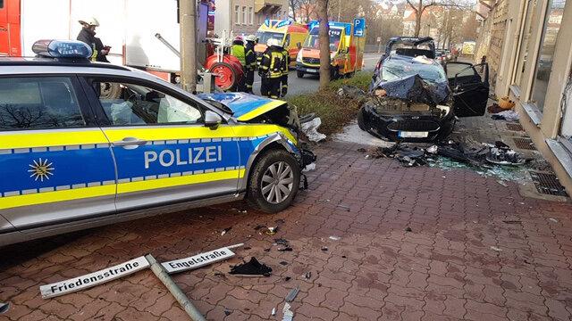 Vier Personen sind bei einem Verkehrsunfall an der Plauener Kreuzung Friedensstraße/Engelstraße schwer verletzt worden.