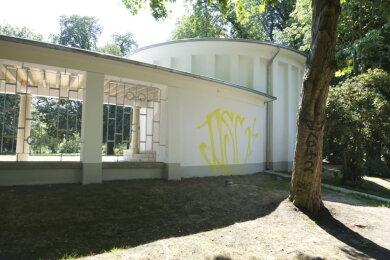 Die Rückseite des Pavillons am Schloßteich wurde beschmiert.