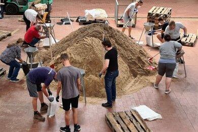 Am Mittwoch haben 13 Freiwillige aus Bornheim in Nordrhein-Westfahlen die Sandsäcke aus Mittelsachsen befüllt, die am Wochenende von Mittweida aus ins Hochwassergebiet geschickt wurden.