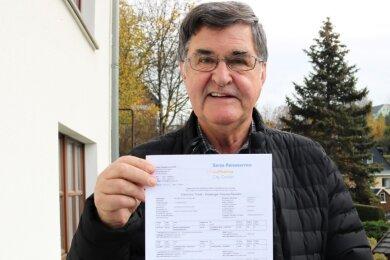 Wolfgang Neubert zeigt das elektronische Ticket, mit dem er 2012 vom neuen Flughafen Berlin Brandenburg (BER) in ein Flugzeug steigen sollte. Der Flughafen hat allerdings erst im Oktober 2020 eröffnet.