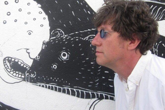 Der Autor Lothar Becker hat ein neues Buch und ein Musical geschrieben, auf dessen Aufführung er nun länger warten muss. r