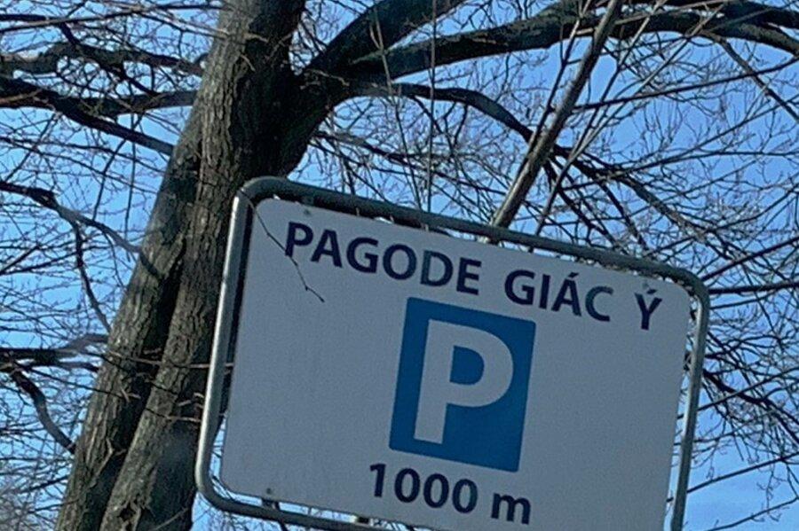 Am Reitplatz steht eines der illegalen Hinweisschilder auf die Pagode.