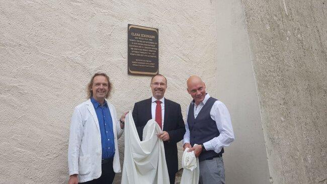 Gemeinsam enthüllten sie die blitzblanke Plakette (von links): Thomas Synofzik, Leiter des Robert-Schumann-Hauses in Zwickau, Bürgermeister Steffen Zenner (CDU) und Uwe Fischer, Pädagoge am Vogtland-Museum.