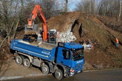 Wo der neue Radweg künftig die Straße des Friedens kreuzen soll, müssen viele Lkw-Ladungen Erde und alter Beton weichen.