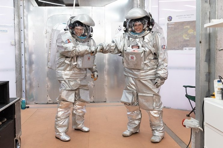 Analog-Astronauten können nicht anders, sie müssen sich coronakonform begrüßen. Anika Mehlis ist links im Bild.
