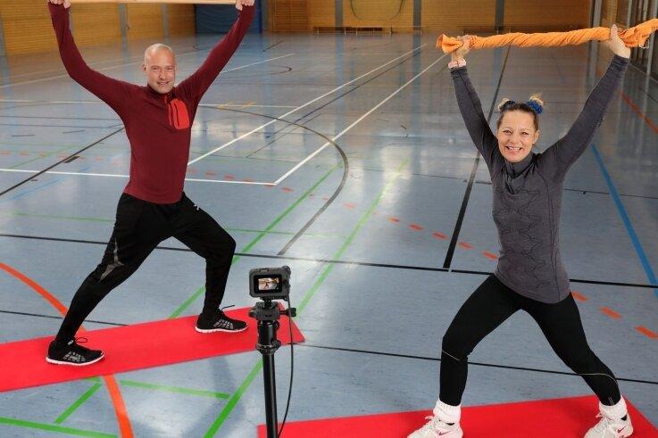 In dieser Sportstunde gab es von Carsten Mai und Jacqueline Zwingenberger Tipps für Dehnungsübungen.