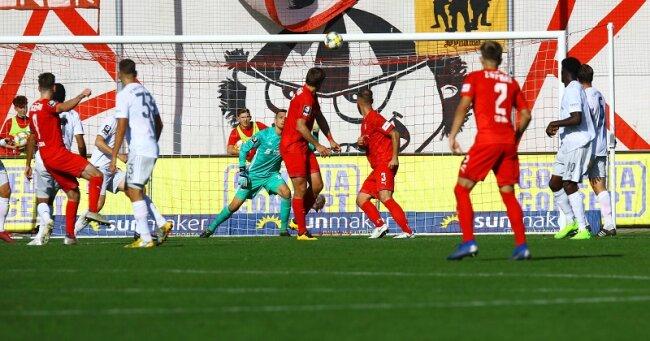 Leon Jensen (2. v. l.) trifft zum 1:0 für den FSV Zwickau.