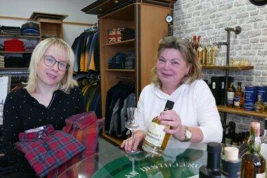 Mit Cindy Mai (links) steht die Nachfolgerin von Kerstin Uhlmann bereit. Sie soll das Geschäft übernehmen, zu dem neben der Herrenbekleidung nun auch eine gemütliche Ecke für die Whiskey-Verkostung gehört.