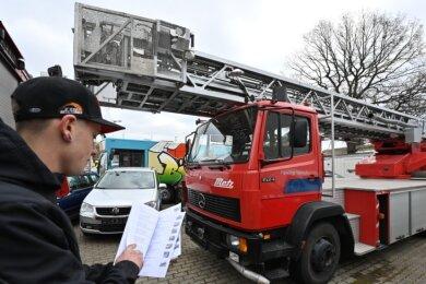 Ruben Stiehler vom Auktionshaus hat den Überblick: Hier mit der Drehleiter aus Hohenstein-Ernstthal.