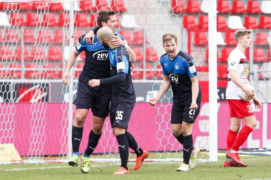 Ronny König, Nico Antonitsch und Jan Washausen bejubeln das 2:0.