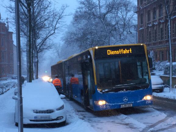 An der Barbarossastraße in Chemnitz blieb kurz vor der Kreuzung zur Weststraße ein Bus liegen.