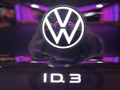 Das VW-Logo und das Typenschild vom Elektroauto VW ID3. bei einem Festakt. Dort wurde der offizielle Produktionsstart des Fahrzeuges gefeiert. Das Fahrzeug gehört zur neuen ID-Serie, mit der Volkswagen Milliarden in die E-Mobilität investiert. Für die Fertigung in Zwickau wurde das dortige Werk umgebaut.