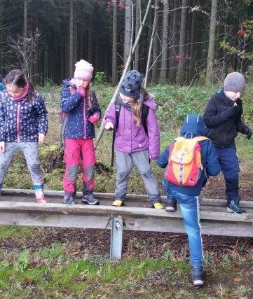 Auf der Wippe probierten die Kinder aus, wann sie ausbalanciert ist.