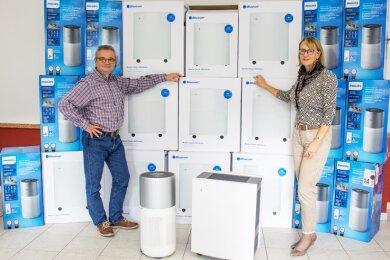 Mathias Seidel, Leiter des Gemeinnützigen Schulungszentrums für Sozialwesen, und Witt-Geschäftsführerin Andrea Markardt mit einer Lieferung von Luftfiltern: Zwei Modelle sind im Einsatz.