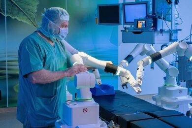Am Klinikum Chemnitz wird nun mit dem chirurgischen Robotersystem Versius operiert. Das Foto zeigt Professor Lutz Mirow, Chefarzt der .Klinik für Allgemein- und Viszeralchirurgie, mit dem System vor der Inbetriebnahme.