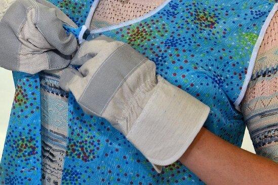 Vor allem ältere Demenzerkrante haben beim Ankleiden zusätzlich mit körperlichen Einschränkungen zu tun.