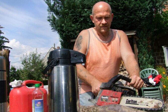 """<p class=""""artikelinhalt"""">Frank Blaue hatte vorgesorgt: Kaffee gab es aus der Thermoskanne, und zum Arbeiten griff er auf eine Säge mit Bezinmotor zurück.</p>"""