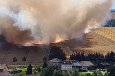 Auf einer Breite von mehr als 260 Metern fraß sich das Feuer durch das Getreidefeld an der Bundesstraße 93 in Schneeberg. Der Rauch war bis nach Aue zu sehen.