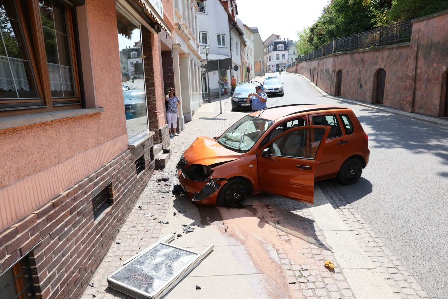 Mazda kracht gegen Bäckereifassade