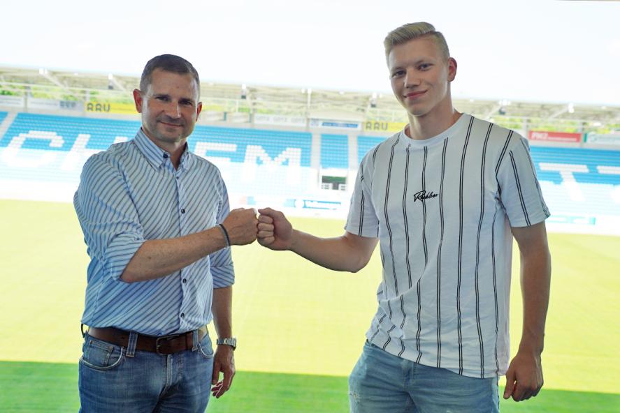 CFC-Geschäftsführer Sport Marc Arnold (links) und Max Roscher nach der Vertragsunterschrift im Stadion.
