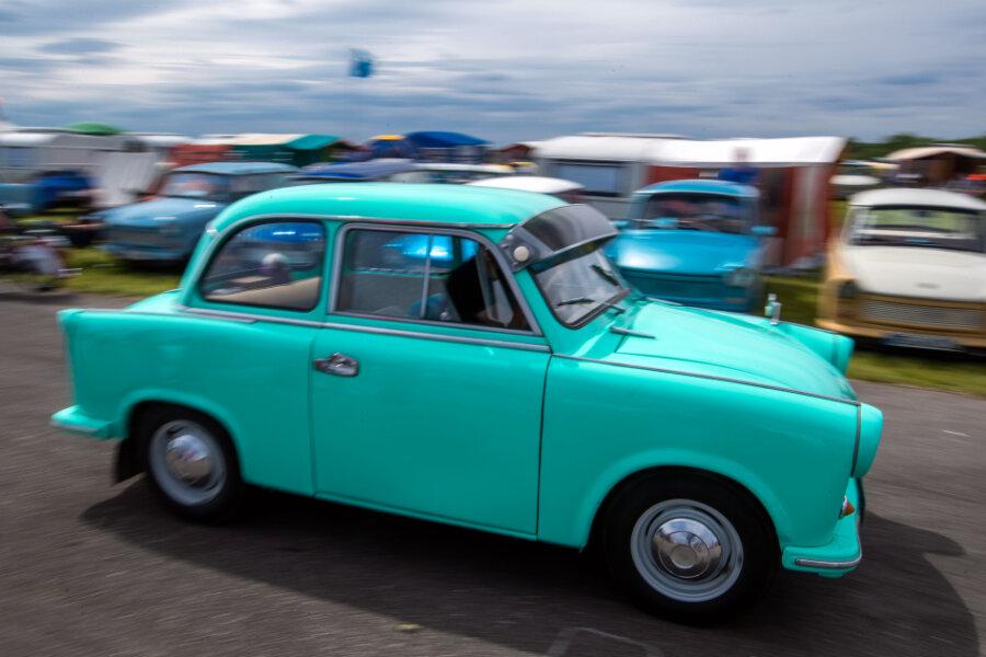 Der Trabi hat sich längst zu einem Kultauto entwickelt. Immer wieder treffen sich Fans. Im Straßenverkehr ist dessen Anblick inzwischen aber eine Seltenheit.