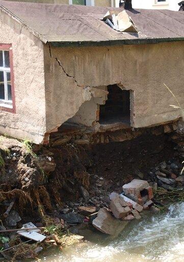 Ein Schuppen der Fleischerei Lämmel wurde vom Wasser völlig zerstört.