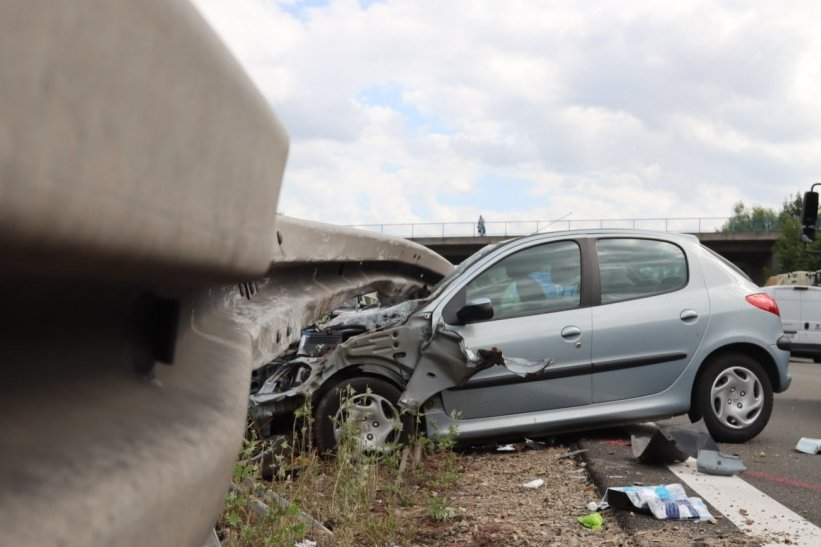 Peugeot unter Schutzplanke eingeklemmt