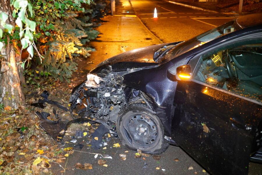 Crash mit Baum: Mann schwer verletzt