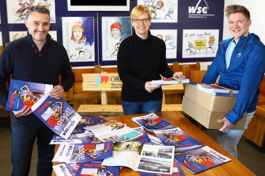 Haben derzeit alle Hände voll zu tun: Der Geschäftsführer des WSC Erzgebirge Oberwiesenthal, Christian Freitag, Mitarbeiterin Katrin Hilbrich und FSJ-ler Niklas Müller (v. l.) verpacken und versenden die erste Ausgabe des Sports Magazins, das der Wintersportclub erstellt hat.