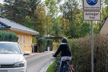 Das jüngst freigegebene neue Teilstück des Göltzschtal-Radweges mündet - aus Richtung Maschinenteich kommend - in den Flurweg. Der wurde ebenfalls saniert und ist nun als Fahrradstraße ausgewiesen. Tempo 30 ist die zulässige Höchstgeschwindigkeit - auch für die Radler.Foto: David Rötzschke