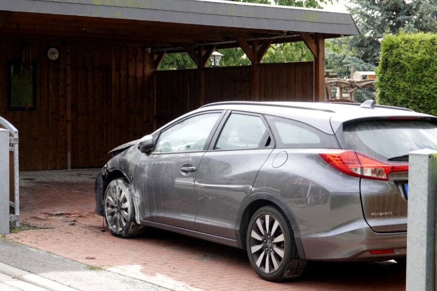Auerswalde: Unbekannte zünden Honda an