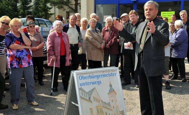 Vor der seit Kurzem geschlossenen Kaufhalle am Seilerberg hatten sich am Dienstag knapp 100 meist ältere Einwohner des Stadtteils versammelt, um mit Oberbürgermeister Bernd-Erwin Schramm zu sprechen.