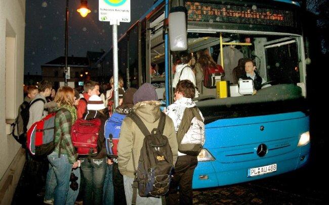 Der tägliche Kampf um die Sitzplätze: Die meisten der 69 Schüler, die mit dem Bus von Schöneck nach Markneukirchen zur Schule fahren, steigen an der Haltstelle am Kirchplatz ein, um auf der kurvenreichen Strecke nicht stehen zu müssen.