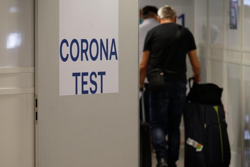 Reiserückkehrer gehen zum Corona-Testzentrum im Flughafen Düsseldorf.