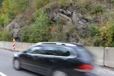Wegen drohender Felsbrocken-Abstürze gibt es eine Straßeneinengung am Ortseingang Mulda in Richtung Lichtenberg.