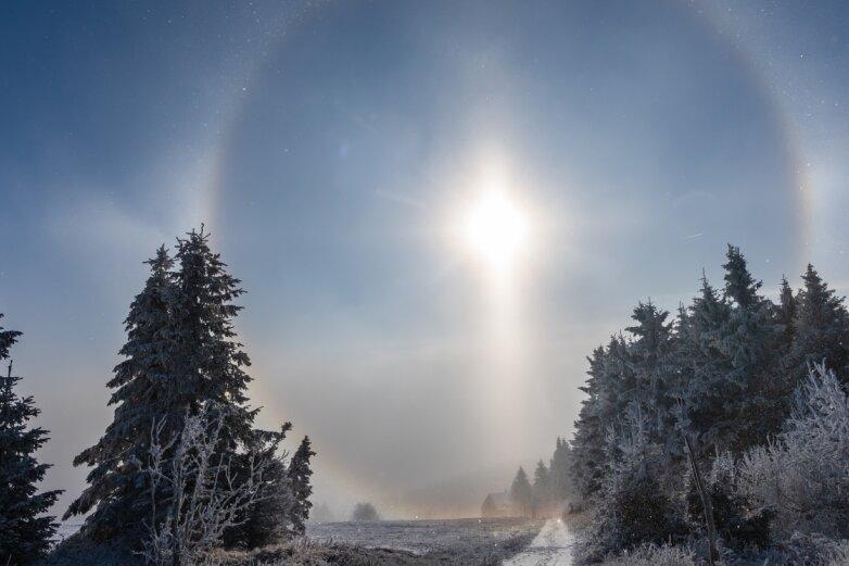 Eiskristalle verzaubern Himmel am Fichtelberg