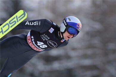 Vinzenz Geiger liegt die kleine Schanze in Predazzo. Mit Rang drei war der Allgäuer beim ersten Weltcup 2021 zufrieden.