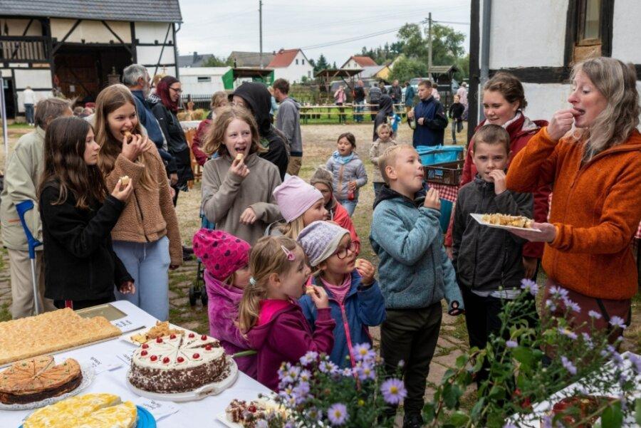 Schwarzbacher feiern Erntedank und eröffnen Gemeindebibliothek