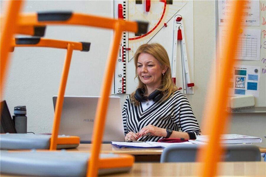 Die Plauener Englischlehrerin Svetlana Gerber beim Online-Unterricht vor ihrem Laptop in einem Klassenzimmer der Dr.-Christoph-Hufeland-Oberschule. Die Hälfte ihrer Stunden hält sie am Bildschirm, für die andere Hälfte verschickt sie Hausaufgaben.