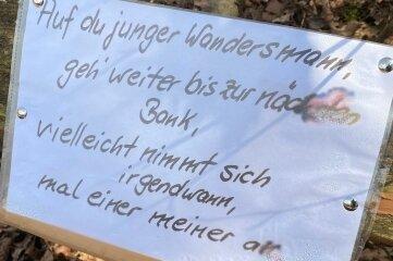 Die Schilder an den kaputten Wald-Bänken in Erdmannsdorf.