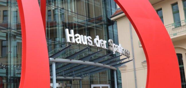 Das Haus der Sparkasse an der Crimmitschauer Straße in Zwickau. Einige Kunden des Geldinstitutes sehen sich mit Negativzinsen konfrontiert.