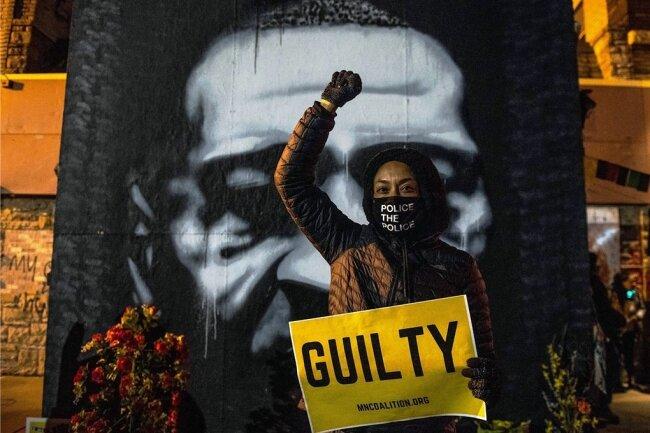 An dem Platz in Minneapolis im US-Bundesstaat Minnesota, wo George Floyd im Mai vorigen Jahres starb, feiern Demonstranten den Schuldspruch im Prozess gegen einen früheren Polizisten.