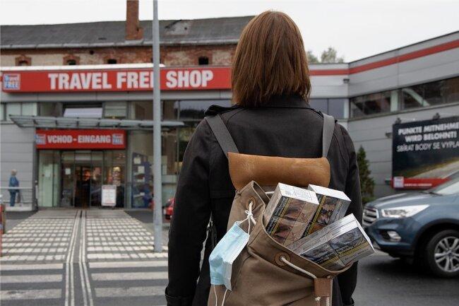 In den Märkten gleich hinter der sächsisch-tschechischen Grenze war am Freitag mehr los als gewöhnlich. Benzin, Zigaretten, Kaffee und Oblaten waren gefragt.