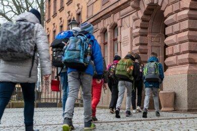 Weiterführende Schulen durften am Montag in Sachsen wieder öffnen. Erstmals seit drei Monaten konnten auch die jüngeren Klassenstufen wieder ins Rochlitzer Mathesius-Gymnasium.