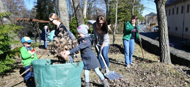 Im vergangenen Jahr halfen beim Frühjahrsputz im Tierpark Freiberg Tina Alicante (Mitte), Katrin Pilz mit Theodor (links), Florentine (vorn) und Annett Schrenk (rechts) mit.