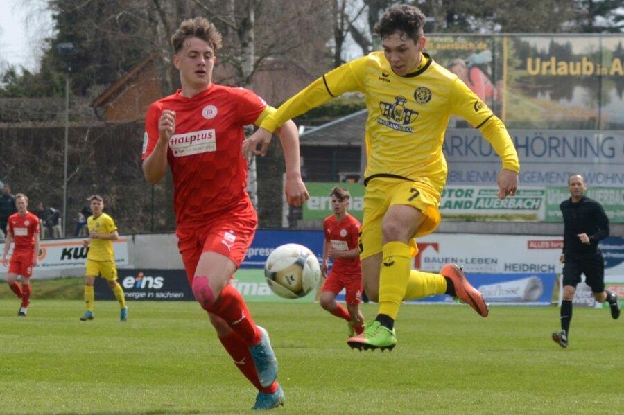 Der Auerbacher Yannik Voigt (rechts) behauptet in dieser Szene den Ball gegen den HFC-Kapitän Justin Marcel Gröger. Insgesamt hielt die junge Gäste-Elf die Partie aber offener als erwartet.