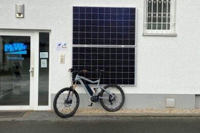 Am Mewa-Firmengebäude ist eine Mini-Solaranlage mit zwei Modulen installiert. Diese reichen laut Firmenchef Jens Fiedler zum Laden von zwei bis drei E-Bike-Akkus.